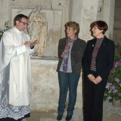 L'abbé Couget (à gauche) Madame DARD, maire de Bossugan (au milieu) et Madame Salette (Maire de Pujols-sur-Dordogne)